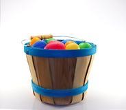 Drewniany wiadro pełno asortowani Easter jajka Zdjęcie Stock