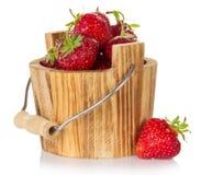 Drewniany wiadro truskawkowy i jagoda w pobliżu Obrazy Stock