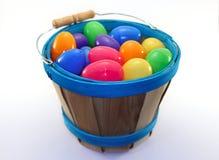 Drewniany wiadro z asortowanymi barwionymi Easter jajkami Fotografia Stock
