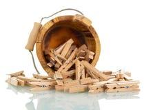 Drewniany wiadro z clothespins odizolowywającymi na bielu Fotografia Stock