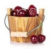 Drewniany wiadro z czerwoną dojrzałą słodką wiśnią i niektóre Zdjęcia Stock