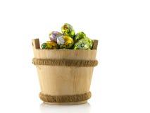 Drewniany wiadro z Easter jajkami Zdjęcie Stock