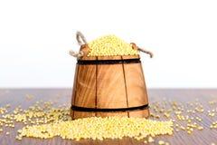 Drewniany wiadro z jagłą na drewnianym stole Smakowita i pożytecznie zboże owsianka z go Zdjęcia Royalty Free