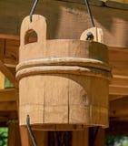 Drewniany wiadro z linową rękojeścią na tle Zdjęcie Stock