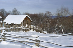 Drewniany wiejski dom w zimie Obrazy Royalty Free