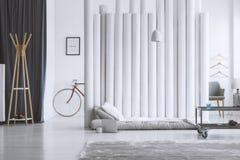 Drewniany wieszak w projektant sypialni obrazy stock