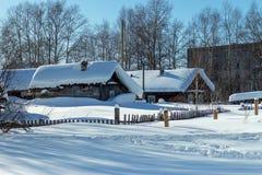 Drewniany wioska dom pod śnieżnym dachem przed wakacje fotografia stock