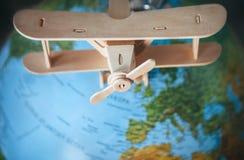 Drewniany wzorcowy rocznika samolot jest na Ziemskiej kuli ziemskiej Zdjęcia Stock