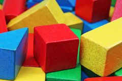 Drewniany zabawka bloku tło Rewolucjonistka, błękit, Żółtej zieleni zabawki Drewniani bloki na białym tle Drewnianego bloku tekst Fotografia Royalty Free