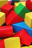 Drewniany zabawka bloku tło Rewolucjonistka, błękit, Żółtej zieleni zabawki Drewniani bloki na białym tle Drewnianego bloku tekst Zdjęcie Stock