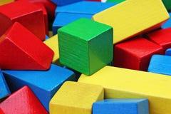 Drewniany zabawka bloku tło Rewolucjonistka, błękit, Żółtej zieleni zabawki Drewniani bloki na białym tle Drewnianego bloku tekst Obraz Stock