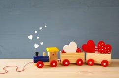 Drewniany zabawka pociąg z sercami na stole zdjęcia royalty free