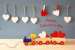 Drewniany zabawka pociąg z sercami na stole obraz stock
