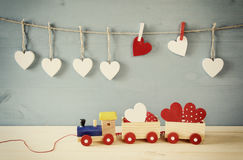 Drewniany zabawka pociąg z sercami na stole fotografia royalty free
