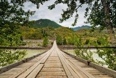 Drewniany zawieszenie drogi most na rzecznym Katun. Altai góry obrazy stock