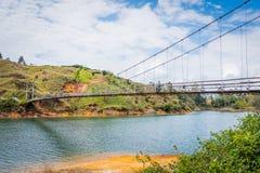 Drewniany zawieszenie most w Guatape, Kolumbia fotografia stock