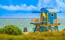 Drewniany zegarka wierza w art deco stylu przy południe plażą, Miami zdjęcia royalty free