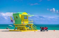 Drewniany zegarka wierza w art deco stylu przy południe plażą, Miami fotografia royalty free