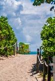 Drewniany zegarka wierza w art deco stylu przy południe plażą, Miami obrazy royalty free