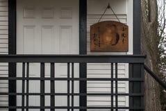 Drewniany Zen medytaci sygnału blok przy drzwi Zendo Zdjęcia Stock