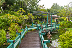 drewniany zieleń bridżowy park Zdjęcie Stock