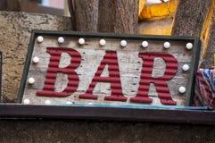 Drewniany znak bar z ramą żarówki Fotografia Royalty Free