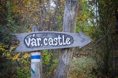Drewniany znak kasztel w Węgry w jesień parku Zdjęcie Stock
