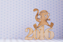 Drewniany znak małpa i inskrypcja 2016 rok na świetle z powrotem Zdjęcia Stock