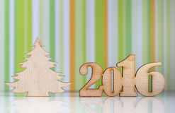 Drewniany znak 2016 rok i choinka na zieleni paskował bac Obraz Royalty Free