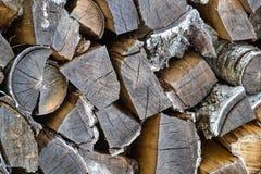 Drewnianych bel naturalny abstrakcjonistyczny tło Tekstura krótkie i długie drewniane bele z ciemnego brązu barkentyną Drewno, łu Obrazy Stock