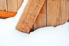Drewnianych desek farby podławy brown drzwi i ośniedziali zawiasy, grunge tło zdjęcia royalty free