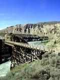 drewnianym mostem nad rzeka Obrazy Stock