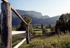 Drewno, łąka i góry, obraz royalty free