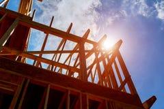 drewno dach przy plac budowy budowy domu otoczką przeciw niebieskiemu niebu Fotografia Royalty Free