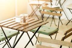 Drewno dekoraci stołowy cukierniany sklep z kawą obraz royalty free