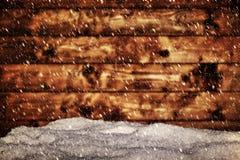Drewno deska i kopiec śnieg Snowing miecielica obrazy stock