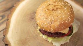 Drewno deska z hamburgerem zdjęcie wideo