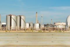 Drewno dla przedpola z rafineria ropy naftowej przemysłem z niebieskiego nieba bac Fotografia Royalty Free