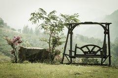 Drewno huśtawka w ogródzie Obrazy Royalty Free