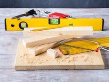 Drewno i narzędzia dla mierzyć tnącego poziom DIY wykonujemy ręcznie Zdjęcia Stock
