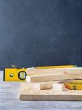 Drewno i narzędzia dla mierzyć tnącego poziom DIY wykonujemy ręcznie Zdjęcia Royalty Free