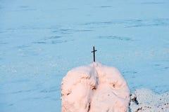 Drewno krzyż na wierzchołka kamienia filarze w Naturalnego parka Lenskie Stolby Lena filarach przy zmierzchem zdjęcia royalty free