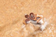 Drewno liczba 2017 na plażowym tle z miękkiej części fala pomysłem Fotografia Stock