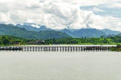 Drewno most, Mon most przy sangklaburi, ranek atmosfera zdjęcia royalty free