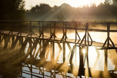 Drewno most na morzu podczas wschodu słońca Obrazy Royalty Free
