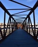 Drewno most z metal stropnicami zdjęcia royalty free