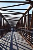 Drewno most z metal stropnicami obraz royalty free