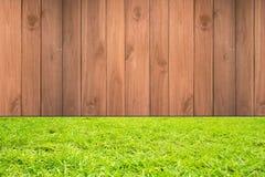 Drewno na z zielonej trawy tłem Obrazy Royalty Free