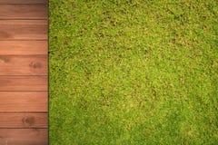 Drewno na z zielonej trawy tłem Zdjęcia Royalty Free