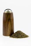 Drewno pieprzowy potrząsacz z pieprzu stosem na białym tle. Obrazy Royalty Free